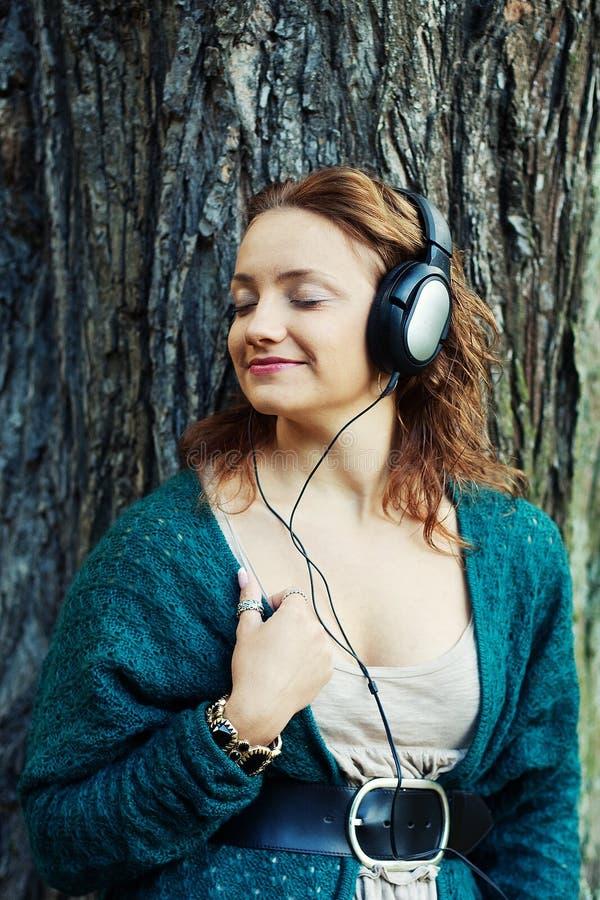 Cieszyć się muzykę w jesień parku zdjęcie royalty free