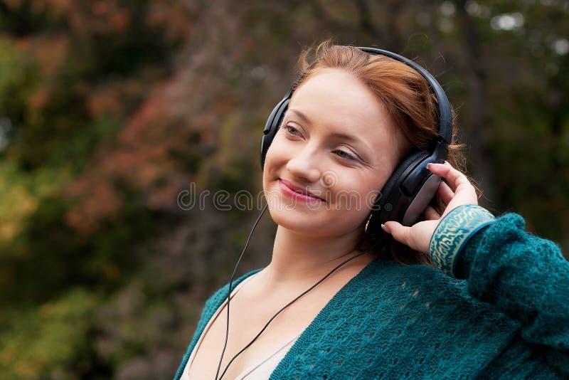 Cieszyć się muzykę w jesień parku obraz stock