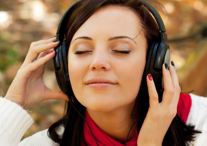 Cieszyć się muzykę w jesień parku obraz royalty free
