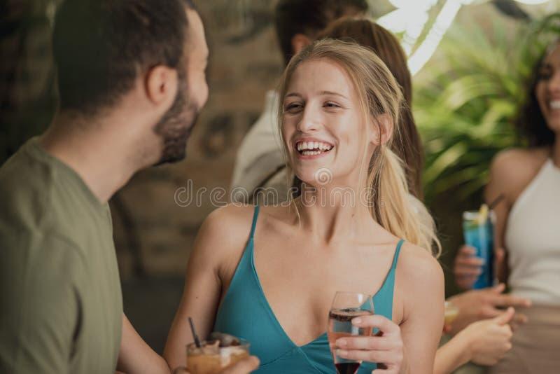 Cieszyć się napoje W barze fotografia royalty free