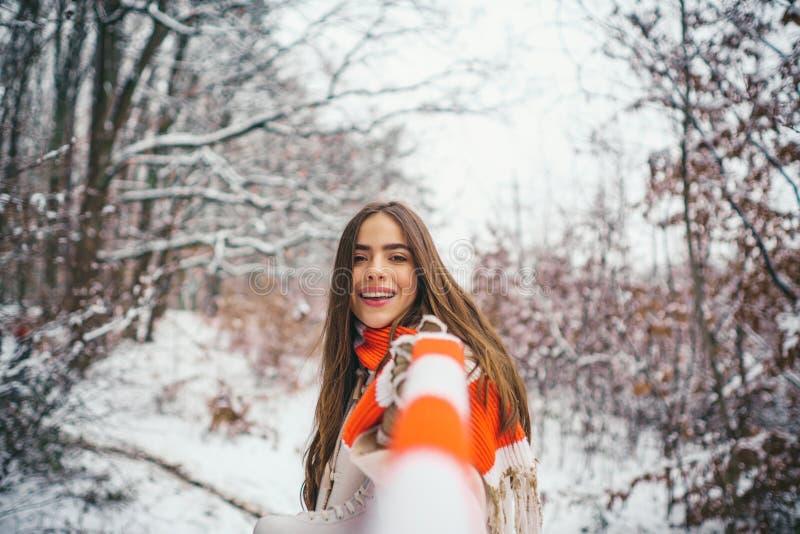 Cieszyć się natury wintertime _ Roześmiana dziewczyna Outdoors Plenerowy zakończenie w górę portreta młoda piękna dziewczyna z fotografia stock