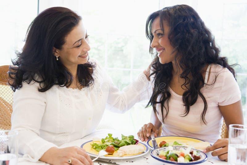 cieszyć się razem posiłek dwie kobiety. obraz stock