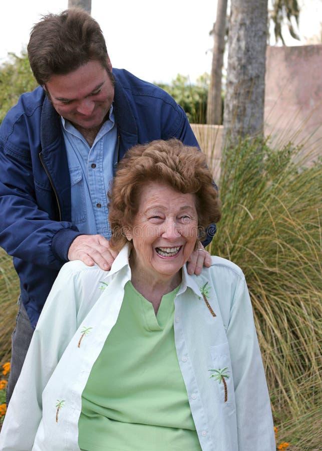 cieszyć się seniora masaż. obrazy stock