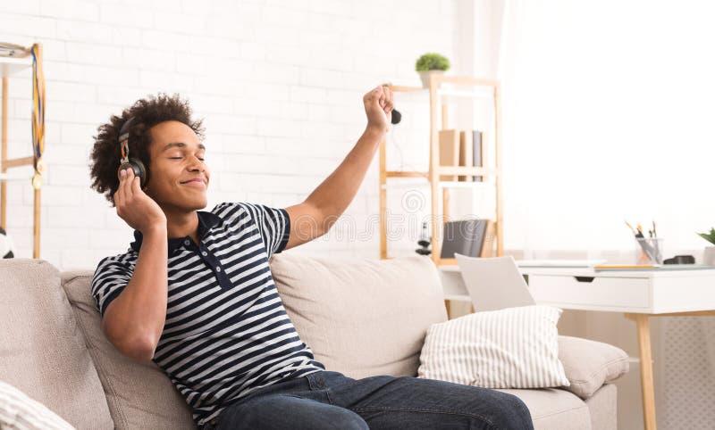 Cieszyć się ulubioną muzykę Nastolatek słucha muzyka i taniec obraz stock