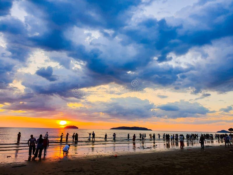 Cieszyć się Wolnego spacer i zmierzch przy plaży stroną obraz stock