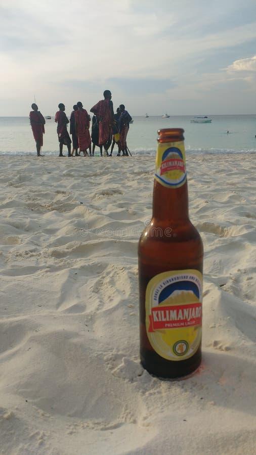 Cieszyć się zimnego piwo na plaży przy nungwi w północy Zanzibar obraz stock