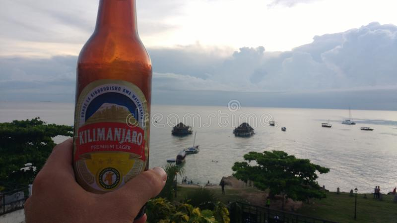Cieszyć się zimnego piwo przegapia zatoki w kamiennym miasteczku w Zanzibar fotografia royalty free