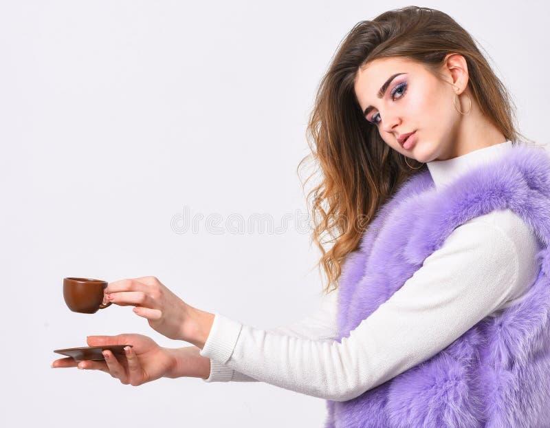 Cieszy się aromat i kosztuje gorącą kawę Kobieta futerkowego żakieta napoju kawa Elita kawy pojęcie Elita rozmaitości kawowy poję zdjęcie stock