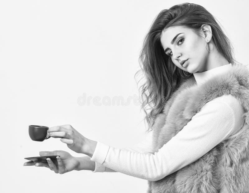 Cieszy się aromat i kosztuje gorącą kawę Kobieta futerkowego żakieta napoju kawa Elita kawy pojęcie Elita rozmaitości kawowy poję obrazy stock
