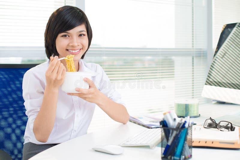 Cieszy się biurowy posiłek obrazy stock