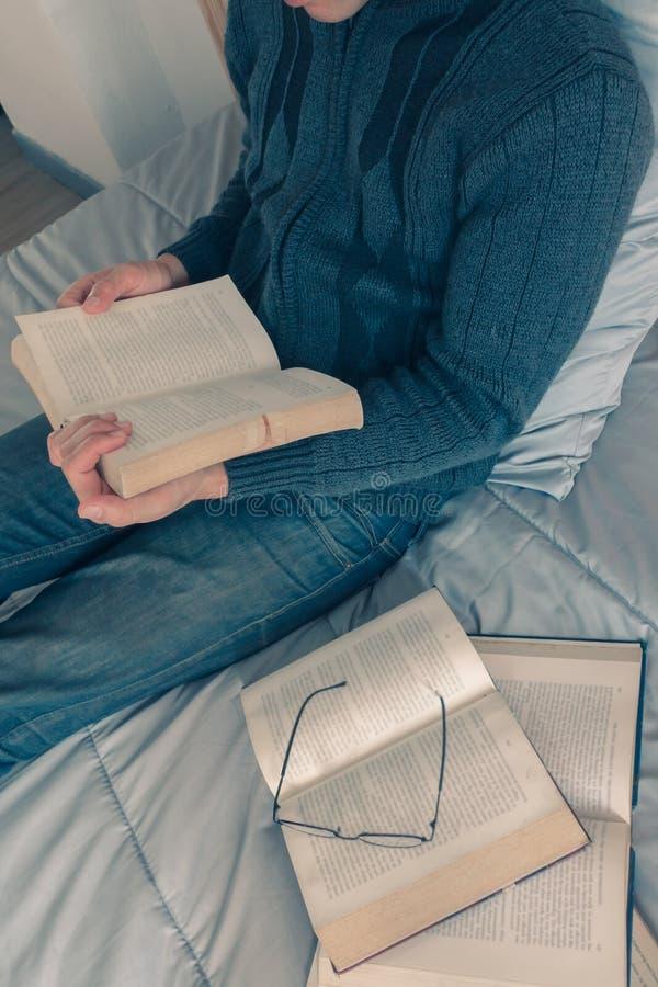 Cieszy się czytający książkę zdjęcie royalty free