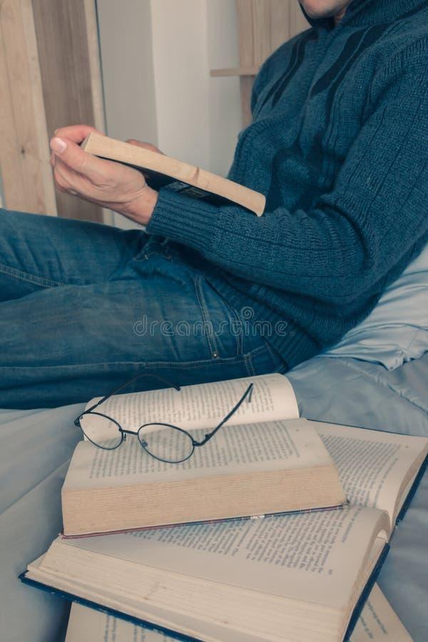 Cieszy się czytelniczego łóżko fotografia royalty free