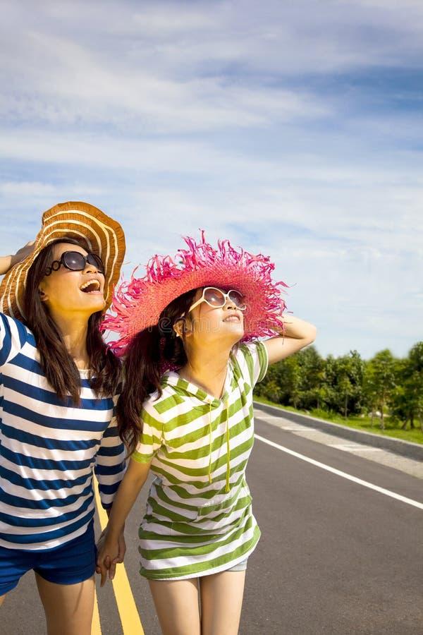 cieszy się dziewczyn szczęśliwego lato powołanie obrazy stock