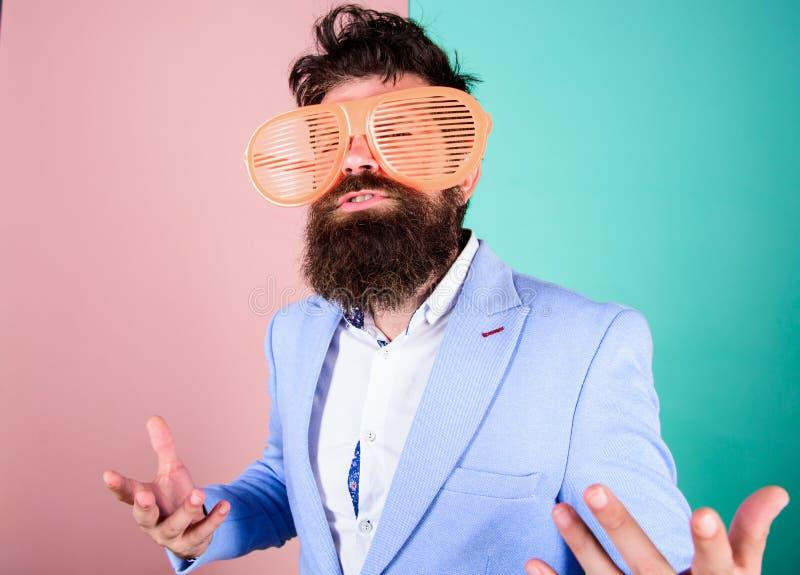 Cieszy się ono być Szczery i naturalny Modnisiów formalni ubrania ma zabawę Właśnie chce mieć zabawę Mężczyzna z brodą i zdjęcie royalty free