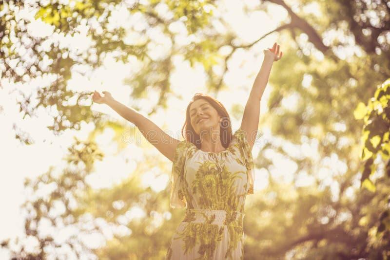 Cieszy się przy wiosna sezonem Kobiety w naturze zdjęcie royalty free