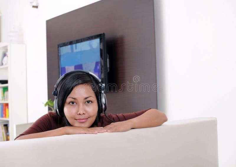 cieszy się słuchającą muzykę zdjęcia royalty free