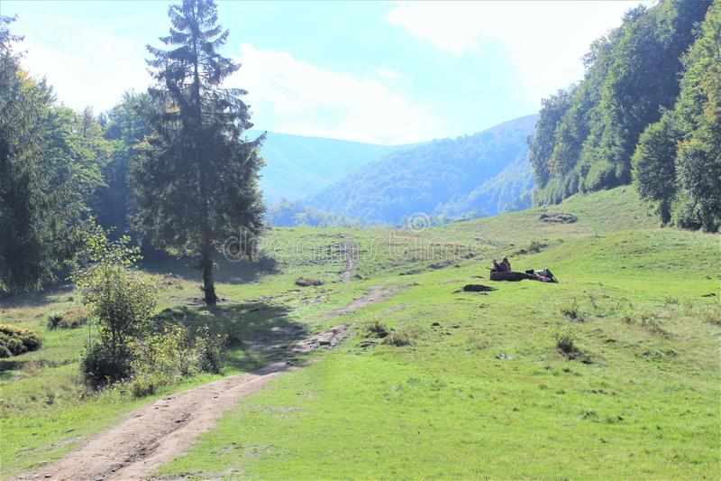 Cieszy się twój podróż z Carpathians górami, piękno wioska zdjęcia stock