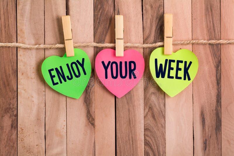 Cieszy się twój tydzień serce kształtującą notatkę zdjęcie royalty free