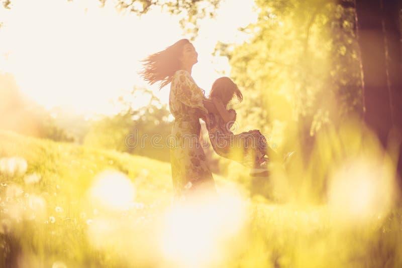 Cieszy się w naturze Matka i córka fotografia stock