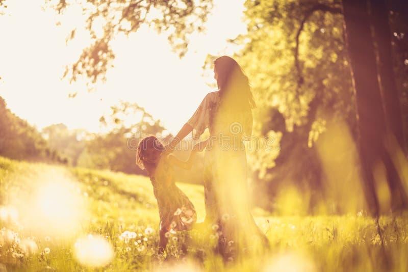 Cieszy się w naturze Matka i córka obraz stock