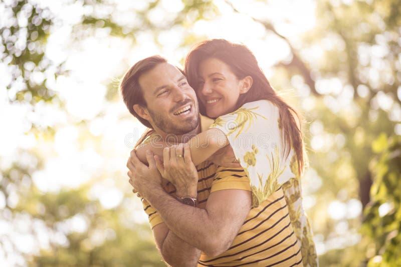 Cieszy się w twój życiu Para przy naturą grodowa cesky dziedzictwa krumlov sezonu wiosna przeglądać świat zdjęcie royalty free