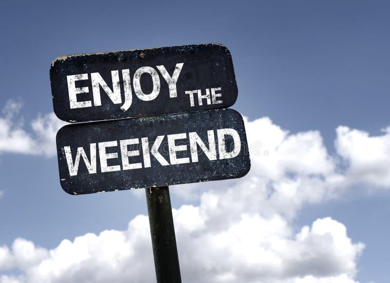 Cieszy się Weekendowego znaka z chmurami i nieba tłem