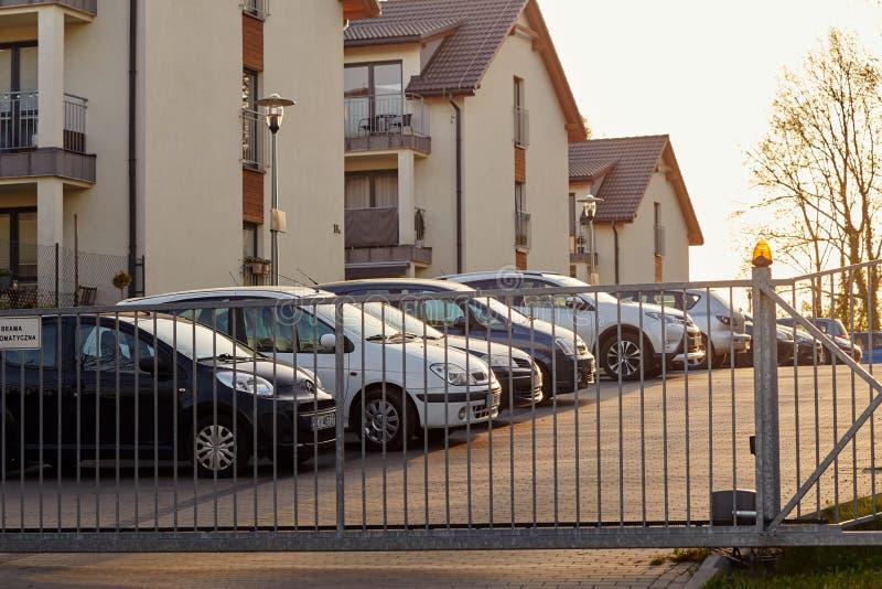 Cieszyn, Polônia - 15 de abril de 2018: O carro é estacionado em um parque de estacionamento privado atrás da porta do rolamento imagem de stock