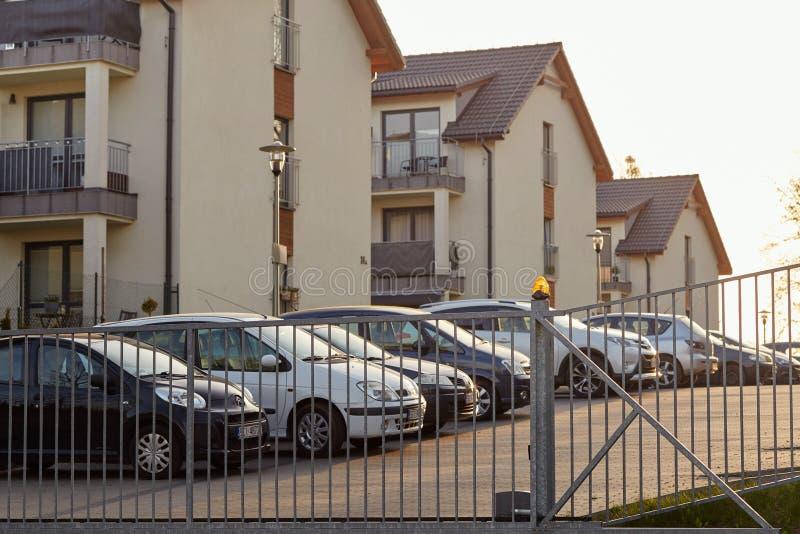 Cieszyn Polen - 15 April 2018: Bilen parkeras i en privat parkeringsplats bak den rullande porten royaltyfria foton