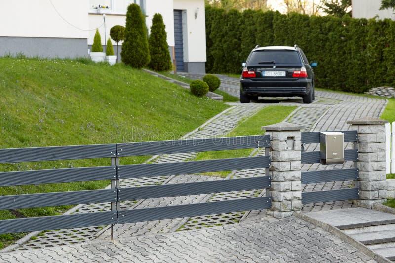 Cieszyn Polen - 15 April 2018: Bilen parkeras i en privat parkeringsplats bak den rullande porten royaltyfria bilder