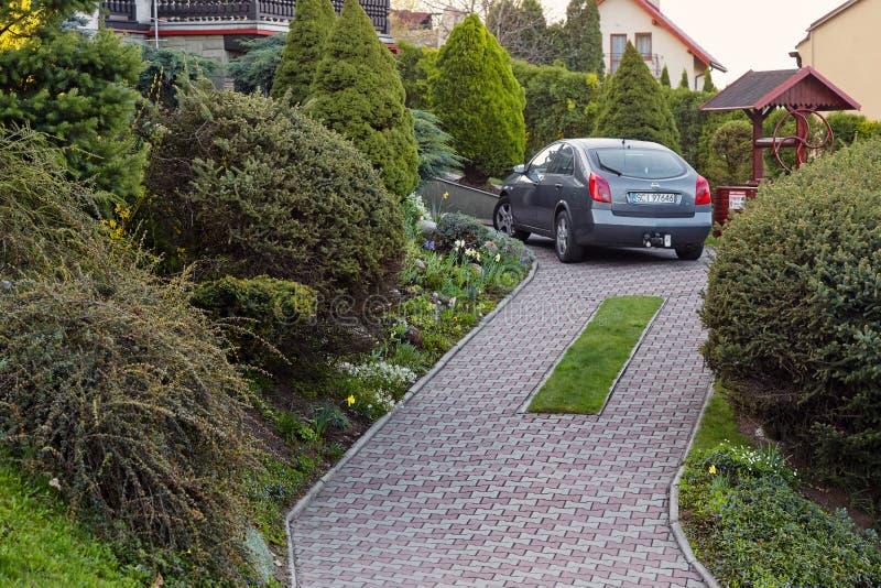 Cieszyn Polen - 15 April 2018: Bilen parkeras i en privat parkeringsplats nära hyreshusen royaltyfria foton