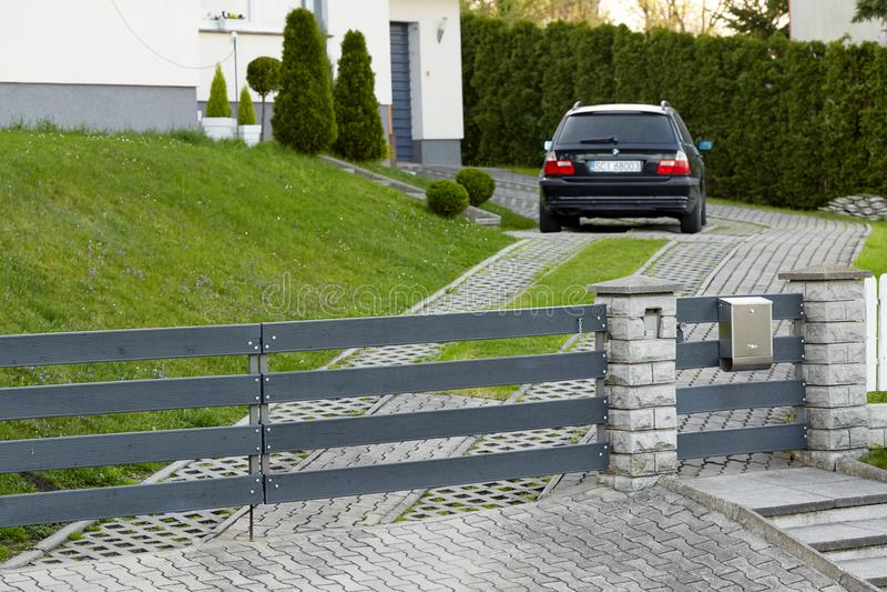 Cieszyn, Polonia - 15 aprile 2018: L'automobile è parcheggiata in un parcheggio privato dietro il portone di rotolamento immagini stock libere da diritti