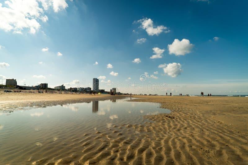 Cieux bleus au-dessus de la plage de Zandvoort Zee aan, Pays-Bas images stock