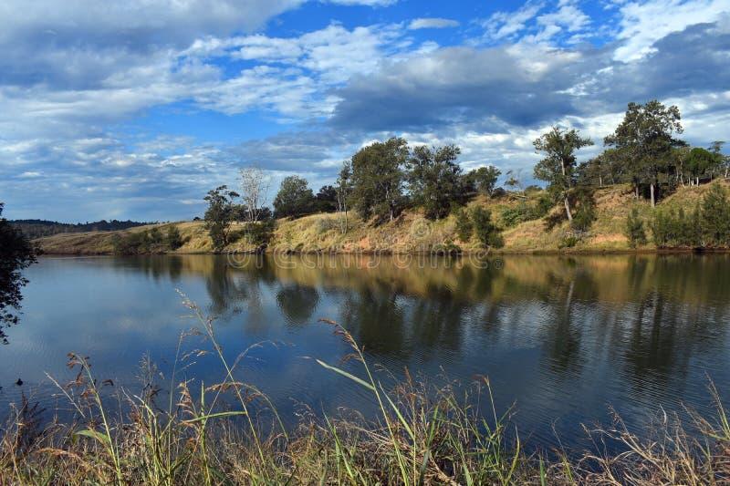 Cieux bleus au-dessus de la rivière Wingham Australie de Wallamba photos stock