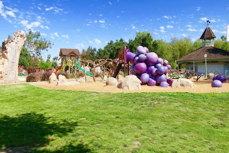 Cieux bleus au-dessus de terrain de jeu de vinehenge, parc de jour de raisin, Escondido, la Californie, Etats-Unis images libres de droits