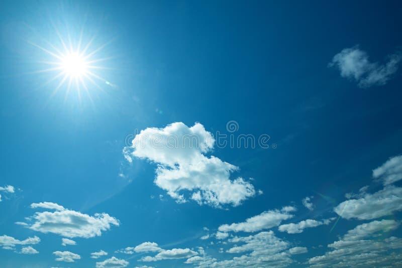 Cieux bleus et soleil larges photos libres de droits