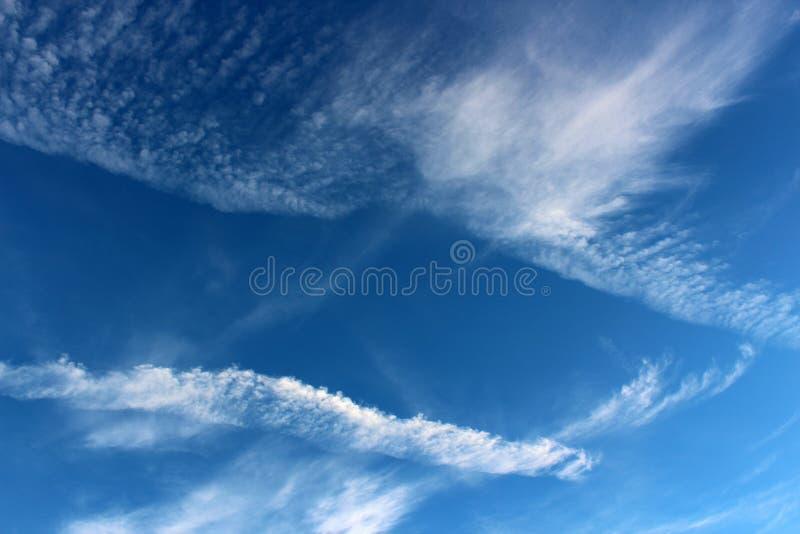 Cieux bleus lumineux avec la notion de la nébulosité à travers la surface photo stock
