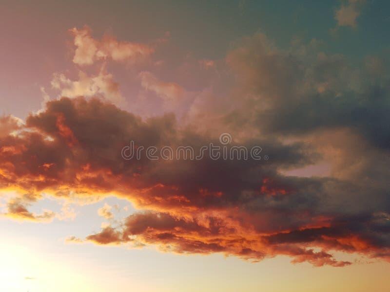 Cieux de crépuscule au-dessus de Saint Tropez image stock