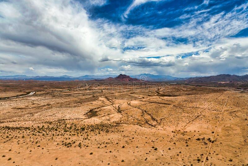 Cieux de désert avec une menace de pluie images stock