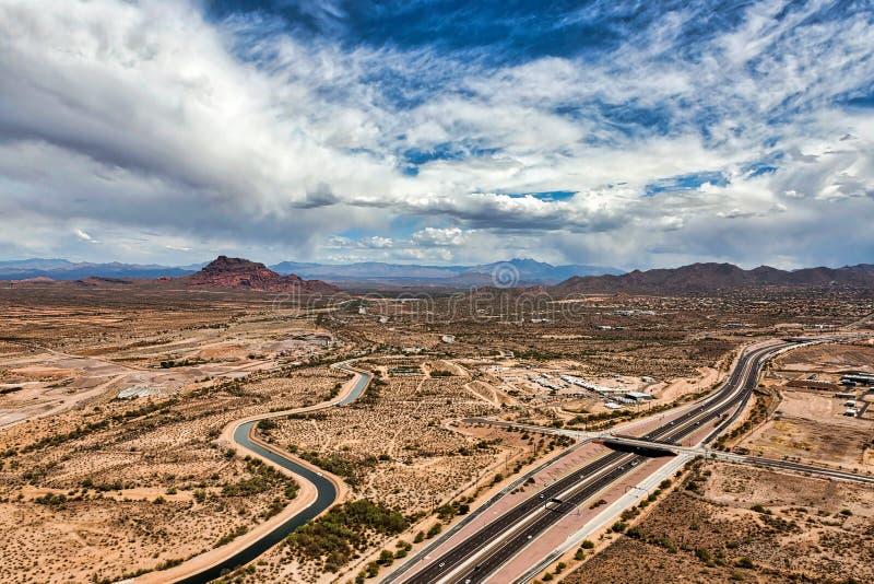 Cieux de désert avec une menace de pluie image libre de droits