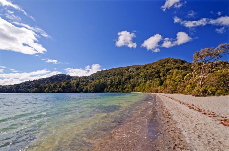 Cieux ensoleillés sur un lac new Zealand photo stock