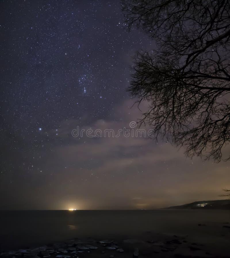 Cieux nocturnes et bord de la mer photographie stock libre de droits