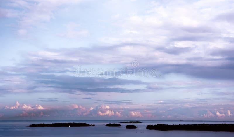 Cieux nuageux de mer baltique d'Espoo, Finlande photographie stock libre de droits
