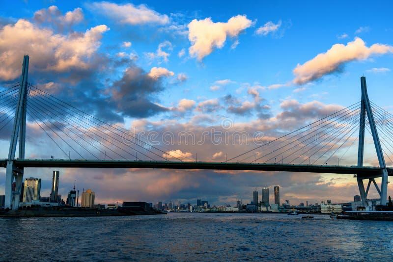 Cieux obscurcis au-dessus du pont photo stock