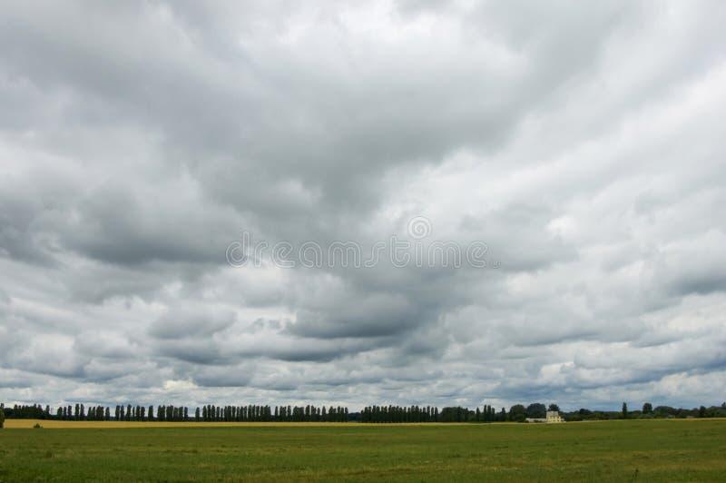 Cieux obscurcis avant la pluie. photographie stock libre de droits