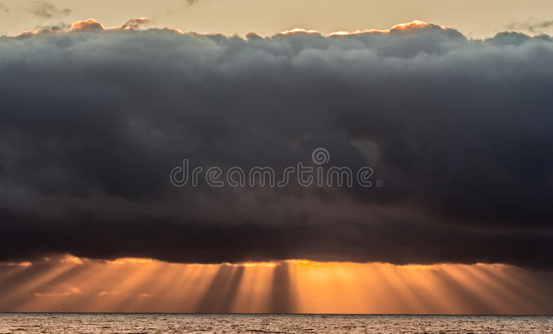 Cieux orageux au coucher du soleil image stock