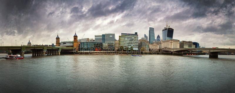 Cieux orageux au-dessus de Londres photographie stock
