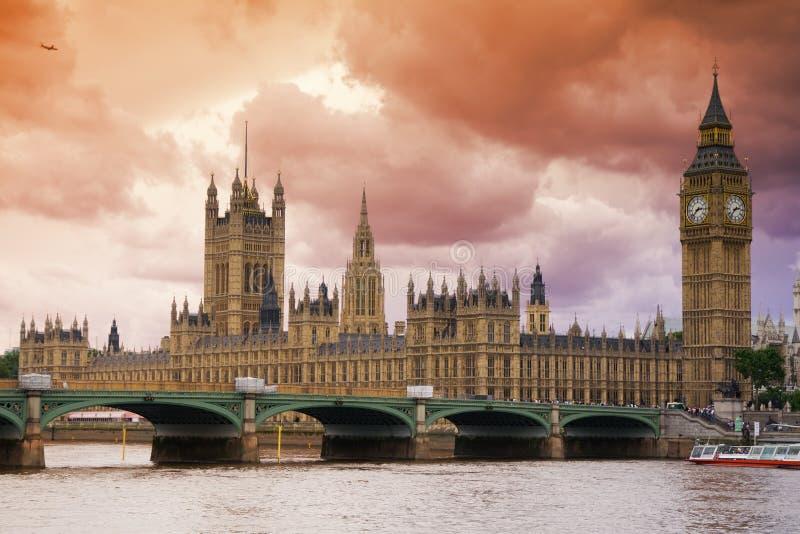 Cieux orageux au-dessus de Londres image stock