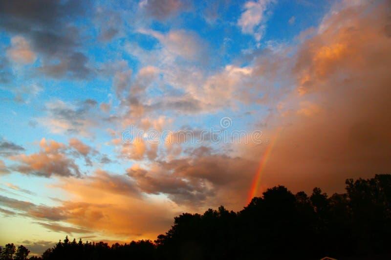 Cieux orageux avec un arc-en-ciel images stock