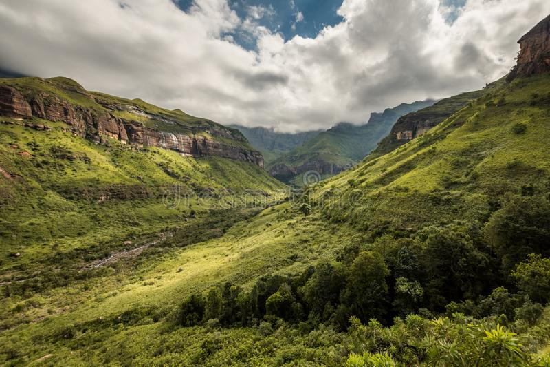 Ciffs e lados da montanha na caminhada de Thukela à parte inferior das quedas do Tugela do anfiteatro fotografia de stock royalty free