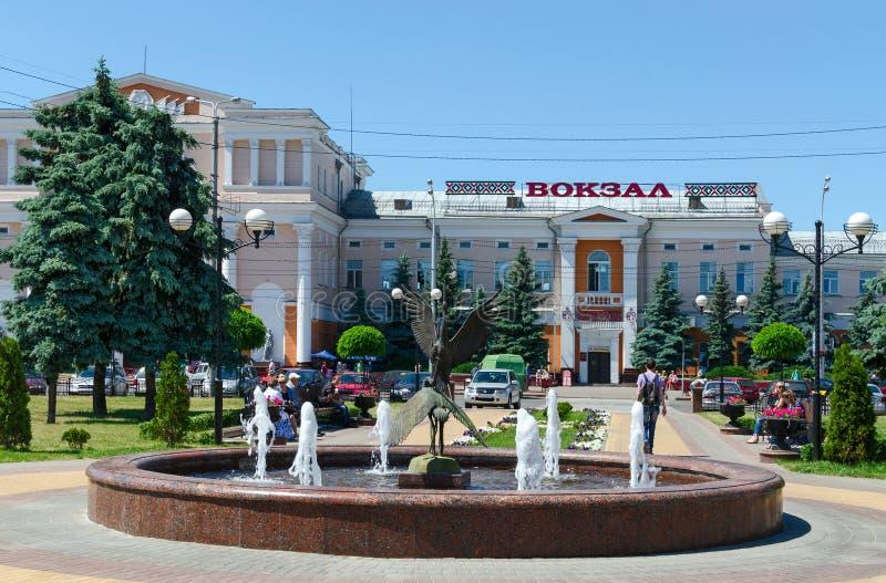 Cigüeñas de la fuente en el ferrocarril cercano cuadrado de Privokzalnaya, Gomel fotografía de archivo